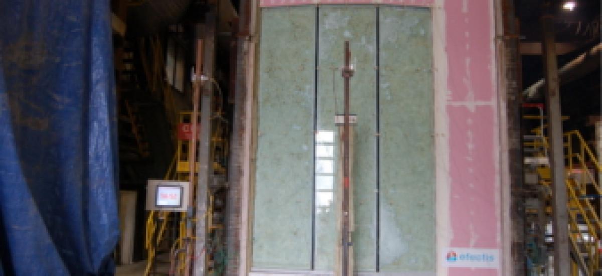 Voor het eerst is een vijf meter hoge gebogen glazen scheidende constructie getest