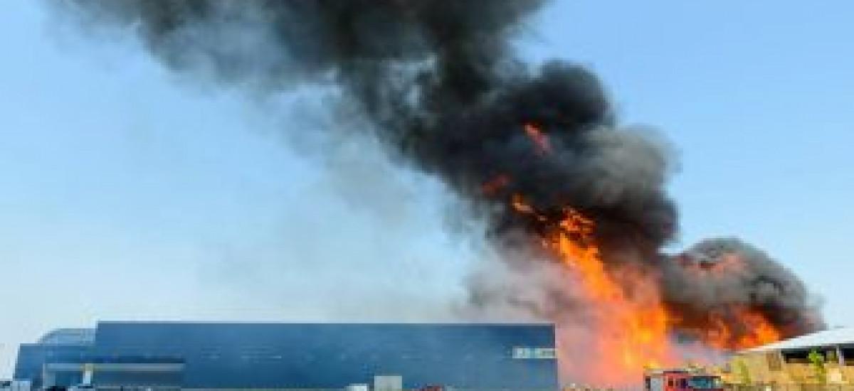 Brand in einem Palettenlager bei Kloek Pallets in Kampen (NL)