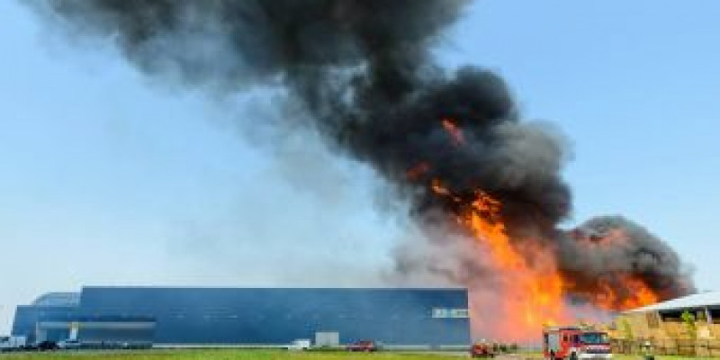 Fire spread between a pallet stack and a neighbouring building